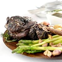 pernil-de-cordeiro-em-proprio-molho-com-aspargos-batatas-rusticas-ao-alho