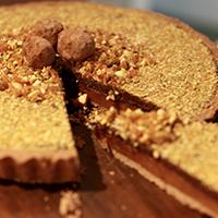 torta-de-chocolate-e-caramelo-com-crocante-de-castanhas