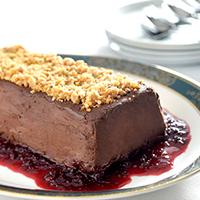 terrine-de-chocolate-com-crocante-de-castanha-de-caju-com-calda-de-frutas-vermelhas
